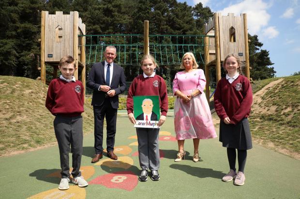 Murphy welcomes portrait artists to Stormont